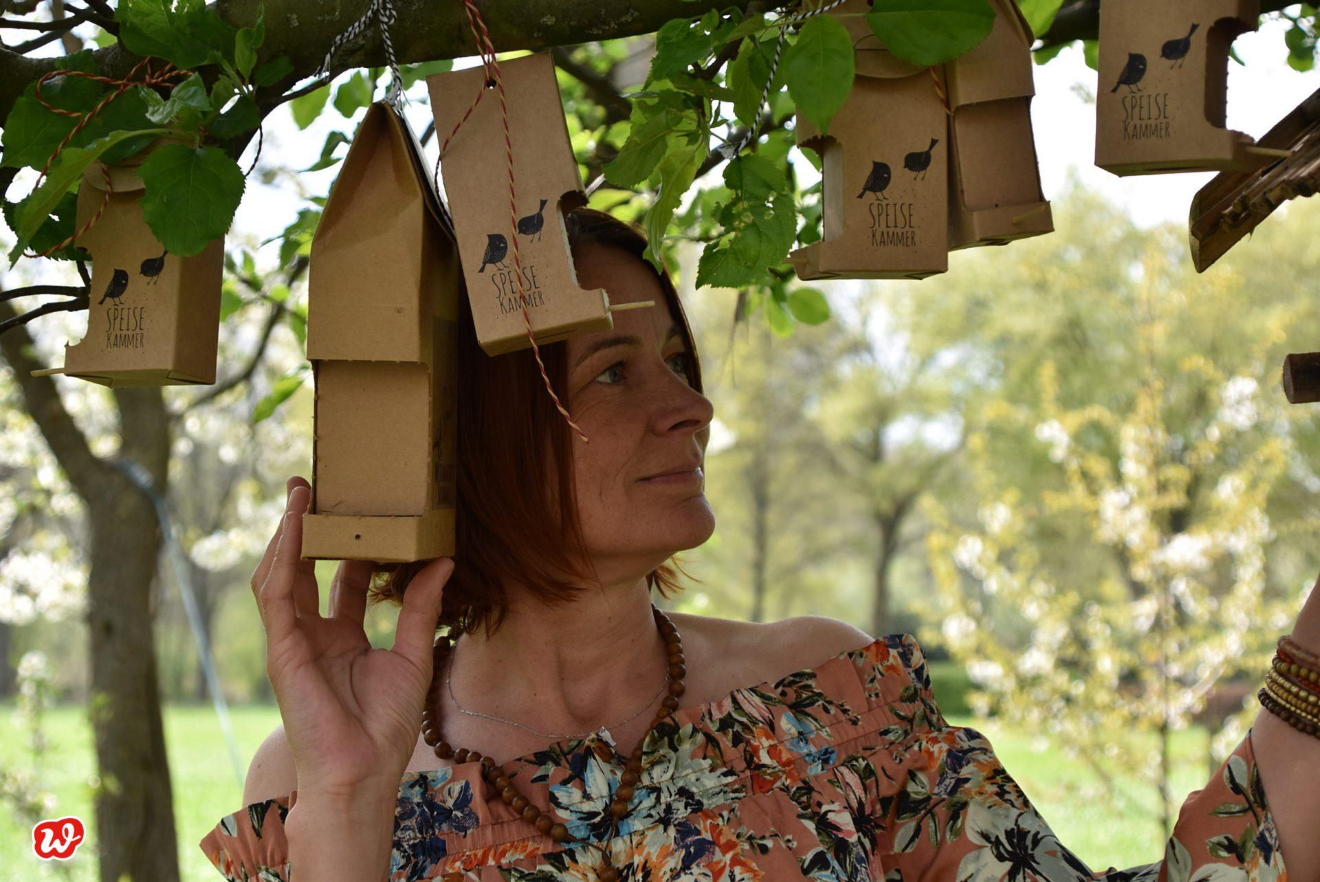Heike mit hängenden Wildvogelfutterkammern