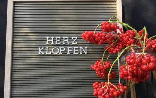 Letterboard Herzklopfen mit roten Beeren
