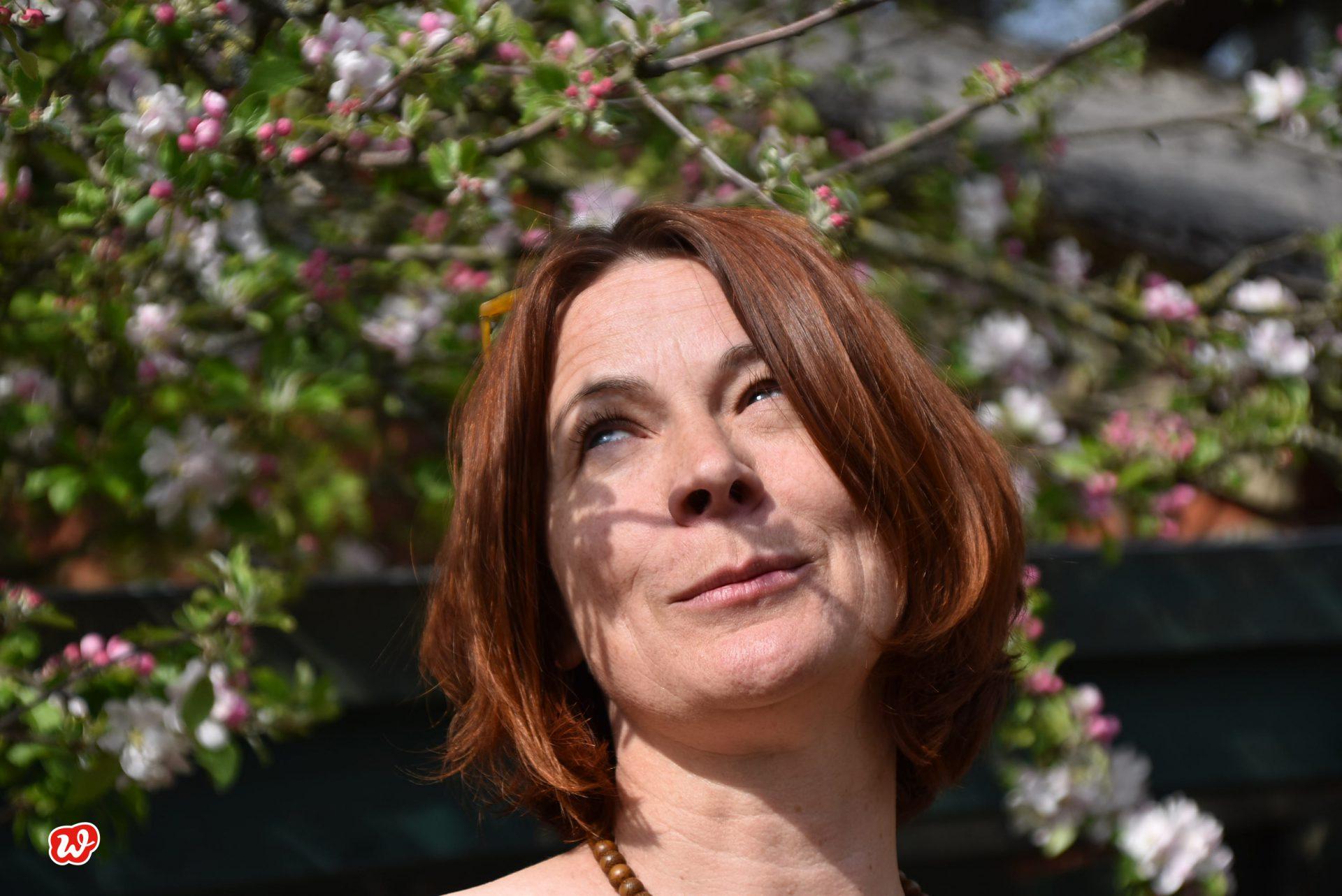 Heike, nahes Portrait in Apfelblüte