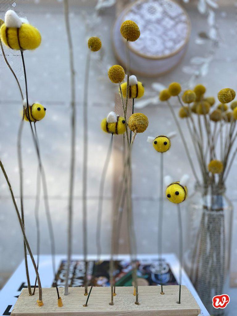 Filzbienen und Trommelstöcke im Trockenblumenständer