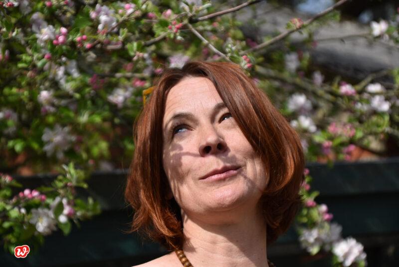 Heike schmunzelnd in Kirschblüte