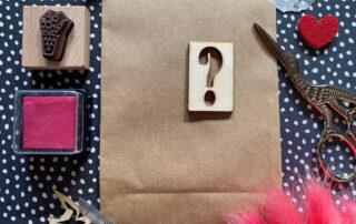Fragezeichen auf Kraftpapiertüte