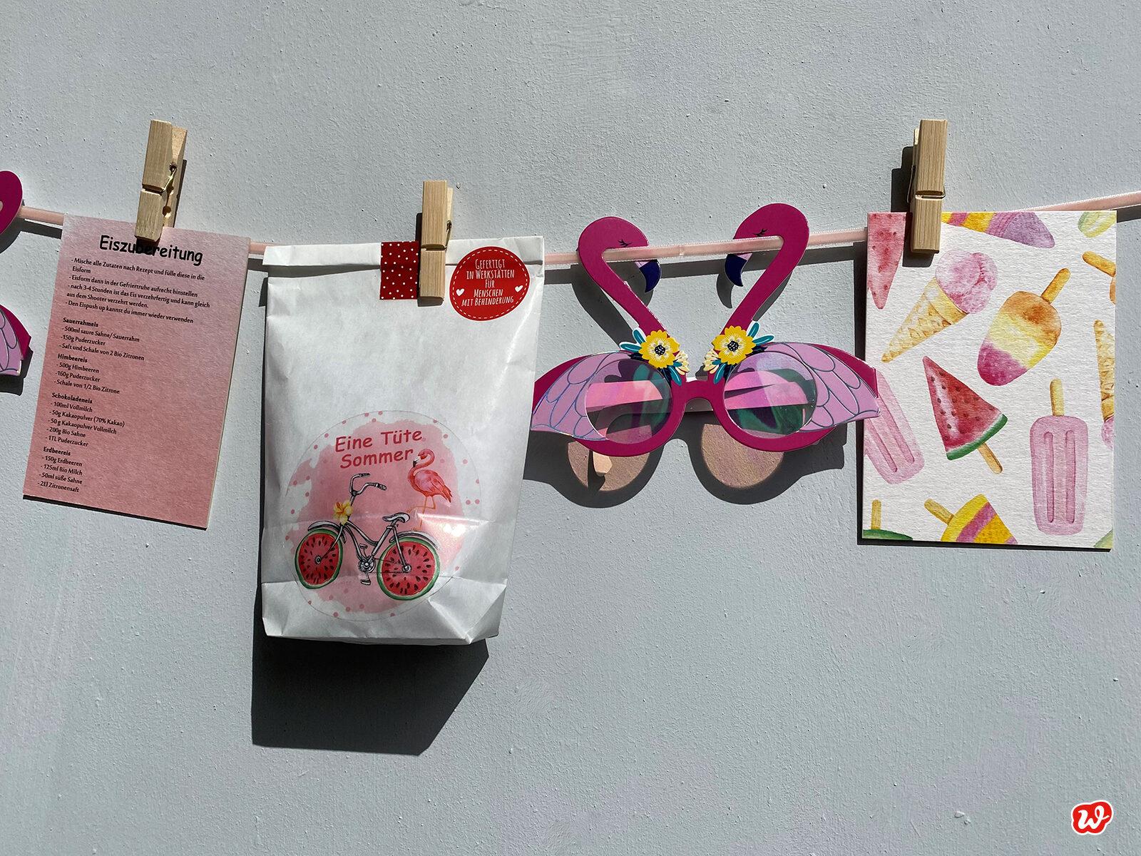 Weiße Wundertüte Eine Tüte Sommer mit Eispostkarten und Flamingobrille